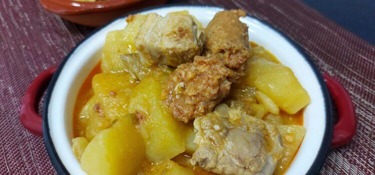 Guiso de patatas con chorizo y costilla